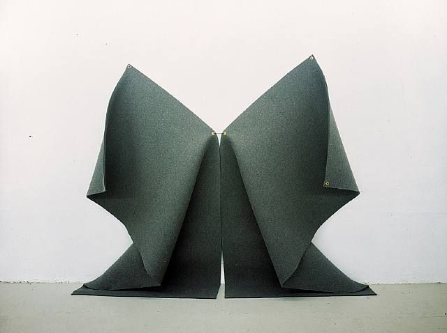 Robert morris felt now and then minimal exposition for Minimalist art pieces