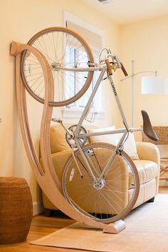 Un support à vélo mural en bois aux formes bien arrondies à poser au choix                                                                                                                                                                                 Plus