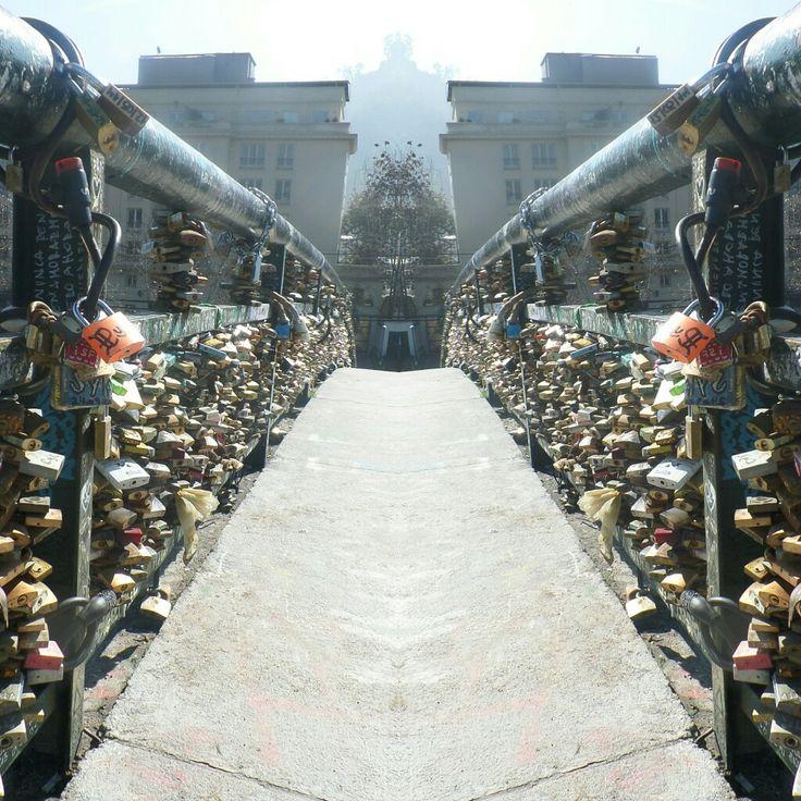 El amor, candados y un montón de llaves perdidas en el #RíoMapocho.  #PuenteRacamalac #ParqueBalmaceda #Santiago