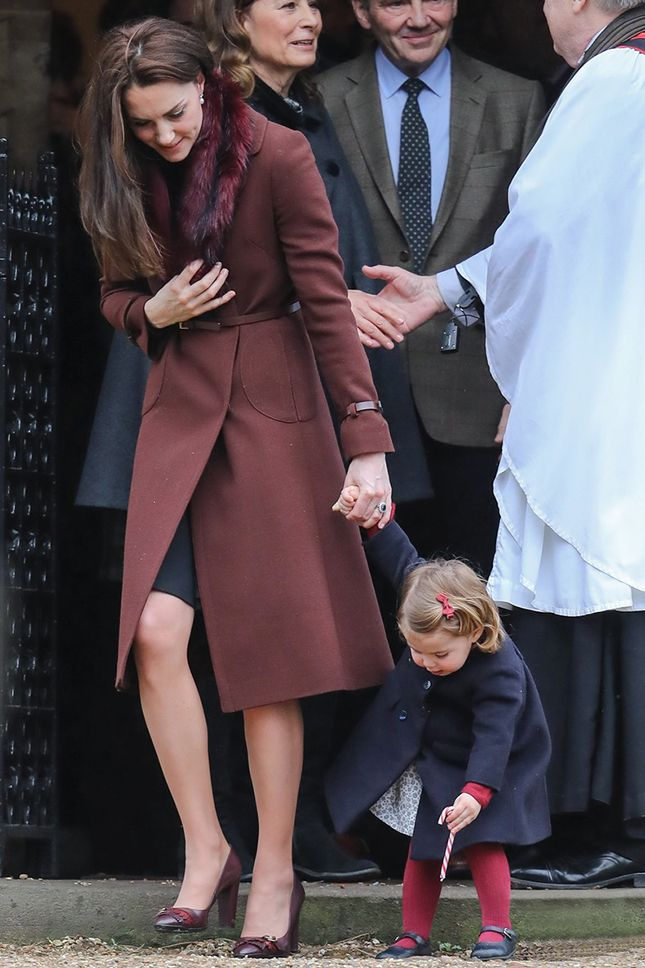 Кейт Миддлтон в пальто Hobbs и принцесса Шарлотта после рождественской службы в церкви Святого Марка в Энглфилде