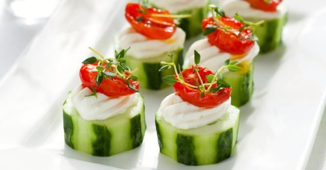 Recette de Toast de concombre au fromage frais 0% et tomate séchée. Facile et rapide à réaliser, goûteuse et diététique.