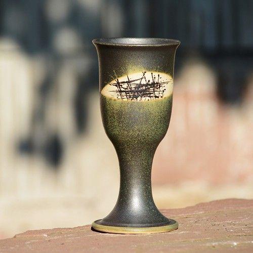 Pohár na víno Štíhlý 300 ml - Lesní rozbřesk Kameninový, ručně točený pohár Štíhlý na víno nebo na svařáček, který díky použitému materiálu a výšce výpalu (1250°C) A navíc...při přípitku krásně zní. Nemusíte se bát, že se oťuká nebo rozbije:) Je zvyklý na běžné používání a přátelí se i s myčkou na nádobí:) Každý kousek je dekorován zvlášť, co kus, to originál.   objem: cca 300 ml výška: cca 18,5 - 19 cm průměr nahoře: cca 8,5 - 9 cm  páleno 1250 °C