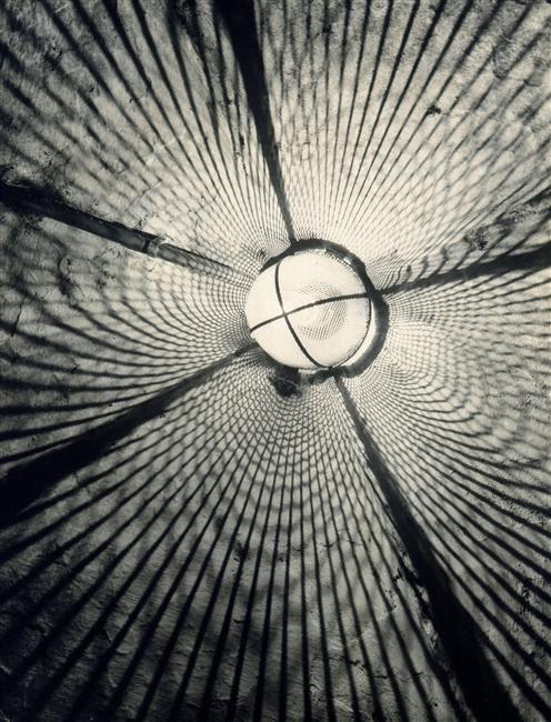 Jeux de lumière sur un plafond à partir d'une lampe  Description:  Vers 1952  Auteur:  Leiss Francesco Ferruccio (1892-1968)