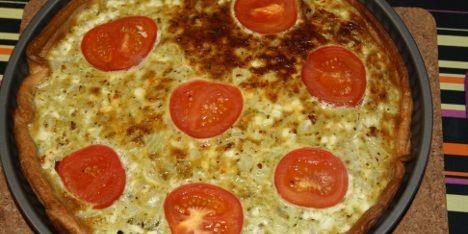 Enkel aftensmad: Pestoen giver både tærten farve og fylde, og passer perfekt sammen med tomat og løg.