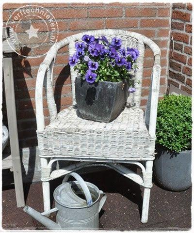 Ik krijg de laatste tijd veel vragen over het vergrijzen van riet. Er zijn zoveel mensen die nog oude rieten stoelen, manden of bloembakken hebben staan van blank of gelig verkleurd riet. En die daar best met een beetje inspanning een vergrijsde versie van zouden willen maken. Maar hoe? Nou, dat is niet zo heel …