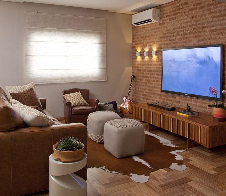 Depois que se cruza a porta de entrada do apartamento de 170 m², localizado no Brooklin, em São Paulo, é impossível ignorar o efeito poético da mescla entre o rústico e o aconchegante. O projeto do escritório Figoli-Ravecca, foi inspirado no espírito jovem dos
