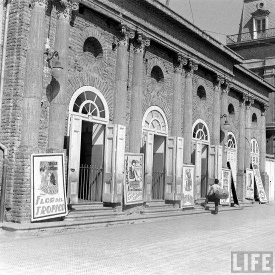 Teatro Nacional de La Serena en 1941 Demolido posteriormente en los años '80s. Fotografía de Hart Preston para la Revista Life. - EnterrenoEnterreno