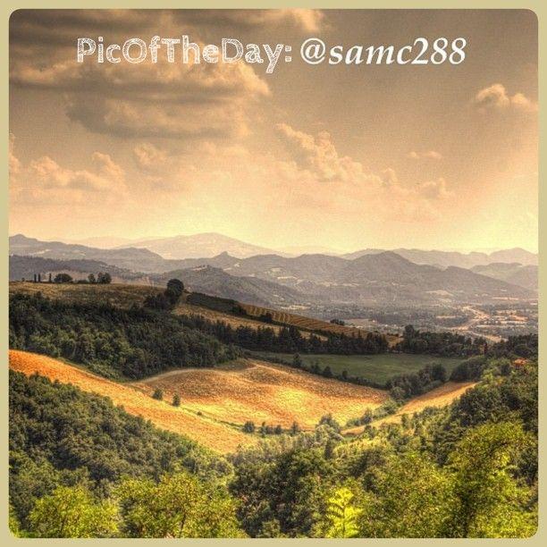 La #PicOfTheDay #turismoer oggi ci porta ad ammirare i colli di #Bologna illuminati dalla calda luce del #tramonto - Complimenti e grazie a @samc288