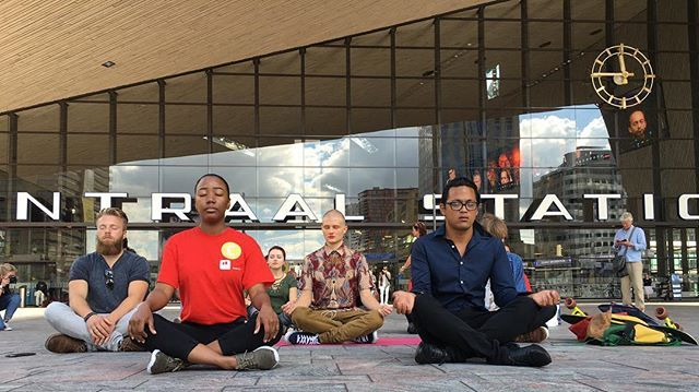 Glorious summer weather and 20 minutes of internal focus with a yoga & meditation retreat in front of Rotterdam Central Station Sunday afternoon. #balanceinlife #healthylifestyle #balancebodymindsoul #movement #moveq  #pt #leonardosnelleman #focus #determination #compation #kindness #flow #gratefullness #mindfulness #meditation #yoga #moveyourmind #rotterdam
