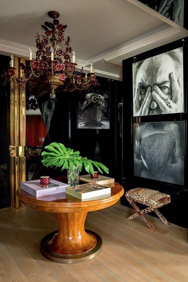 No hall de entrada de Raquel Silveira, peças de diferentes estéticas se fundem em um décor eclético e sofisticado