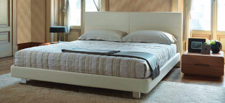 Letto moderno Madison Tino Mariani. Al letto moderno corrisponde il divano moderno Madison. Piedini in metallo lucido o satinato, rete ortopedica a doghe, sistema contenitore brevettato, 100% made in Italy.