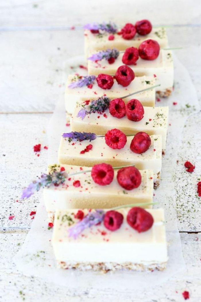 postres-faciles-crema-de-queso-frambuesas-decoración-de-lavanda