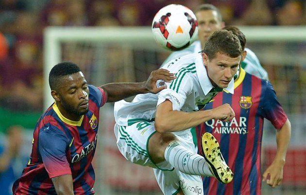GDA13- GDANSK (POLONIA), 30/07/2013.- El jugador del Fc Barcelona Alexandre Song (i) disputa el balón con Patryk Tyszynski (d) del Lechia Gdansk hoy, martes 30 de julio de 2013, durante un juego amist