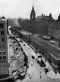 1932 Berliner Stadtbahn am Alexanderplatz mit dem Amtsgericht Berlin in der Littenstrasse 12-17.(damals die Neue Friedrichstrassebis zum10.Mai 1951)