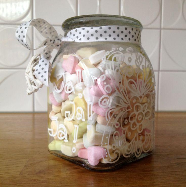 Trouwkadootje: Omdat een enveloppe met geld niet zo leuk geeft... een pot met snoep met daarin verstopt een versierd (door mijn dochter) wc rolletje gevuld met kleingeld. Buitenkant versierd met een kalkstift...