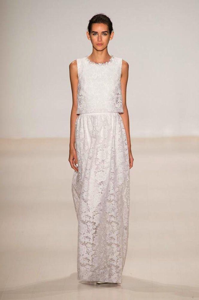 Vestidos de pasarela para novias no convencionales. Erin Fetherston. Vestido largo de encaje con doble cuerpo, que asemeja un top, con cuello cerrado con abalorios brillantes.