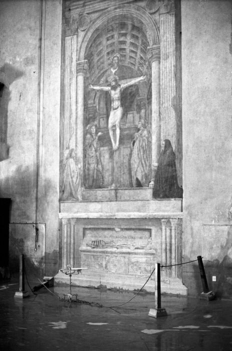 """The flood threatens Masaccio's """"Holy Trinity"""" located in the basilica of Santa Maria Novella. Florence, 1966."" MONDADORI PORTFOLIO/Giorgio Lotti/Mario De Biasi/Sergio Del Grande"