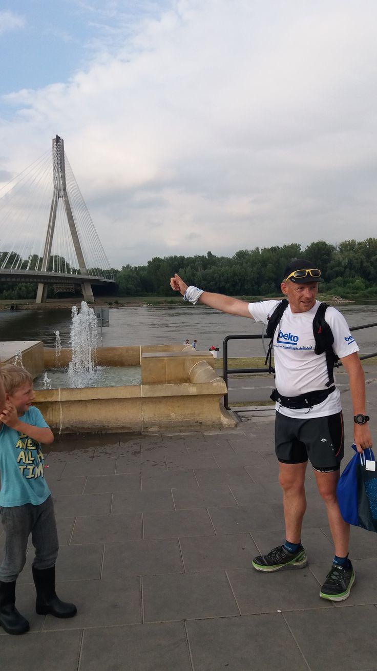 Michael Nowicki biegnie wzdłuż Wisły. To dzien, w którym przebiega przez Warszawę. 26 czerwca 2017