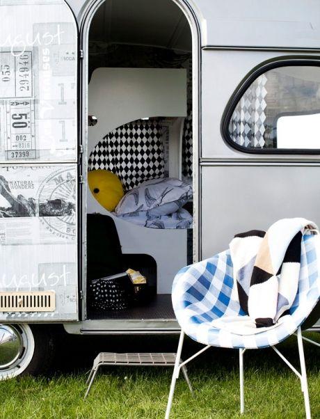 Smid alle forestillinger om kæmpe kørende skure med beigebrunt indmad beboet af ølmaver og campinghabitter væk. Campingliv anno 2013 handler om det simple liv i en lækker retrovogn sat i stand, så den ligner et designhotel på hjul.