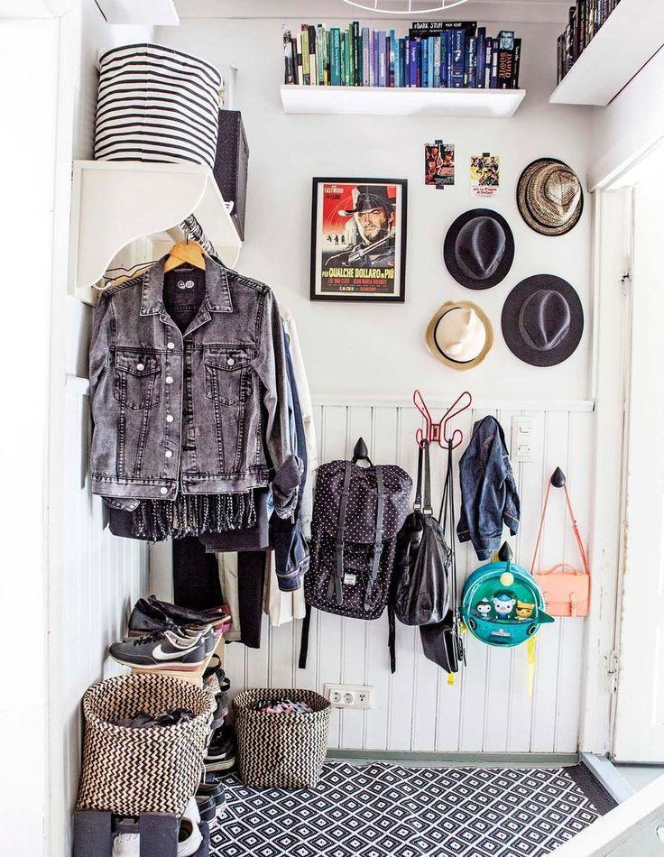 photographer: Johanna Levomäki Pienessä eteisessä jokainen neliö on hyödynnetty. Avonaulakko vie vähiten tilaa ja saa huoneen näyttämään mahdollisimman avaralta. Koreissa ovat huivit sekä hanskat, ja hatuille on naulat seinällä.