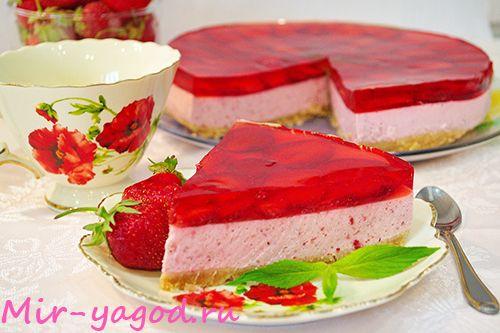 Торт без выпечки с желе и клубникой