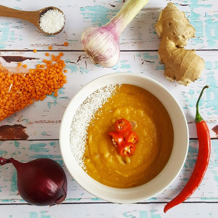 Zoete aardappel en kokos gaan heel goed samen. In dit pittige soepje gaan ook linzen, waardoor het een heerlijk vullend en gezond gerecht wordt!