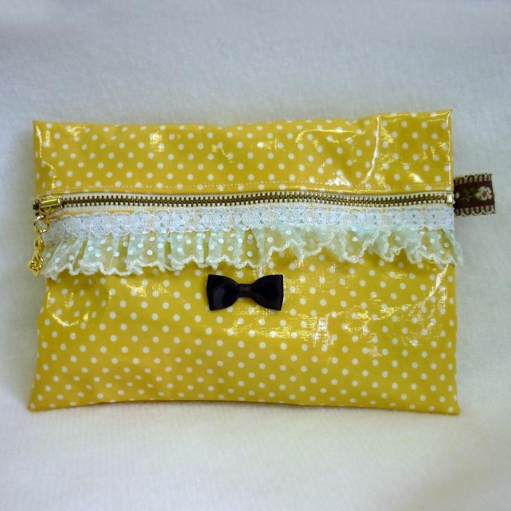 ファスナーをつける時に水溶性両面テープで固定してから縫うとファスナー付けがしやすくなりました^^  To easily insert zipper, first fix it using water-soluable double-sided adhesive tape. #porch #laminatedfabric #handmade #手づくり #ジャガーミシン #ポーチ #ラミネート
