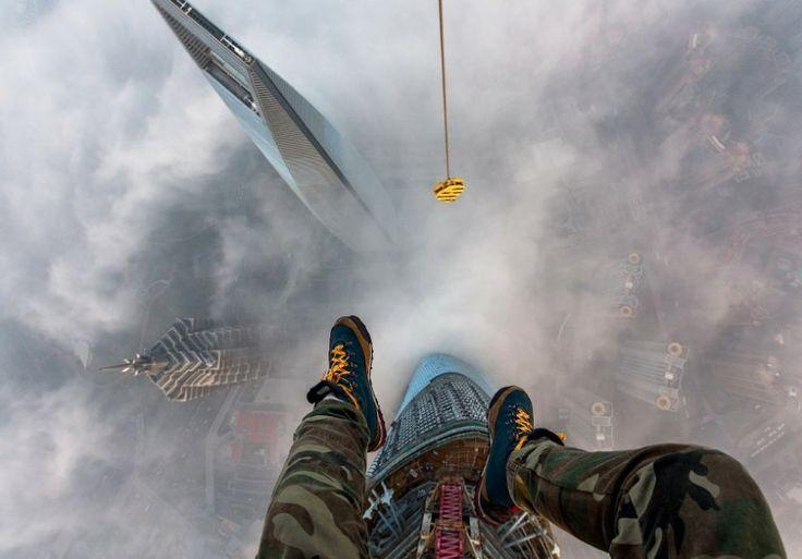 Due giovani russi, Vadim Makhorov e Vitaliy Raskalov hanno pubblicato questo video per mostrare al mondo la loro impresa, scalare la torre più alta del mondo, la Torre di Shanghai. Sul suo blog, Rakalov ha scritto che hanno agito la notte del 31 gennaio, giorno di festa nazionale in Cina.