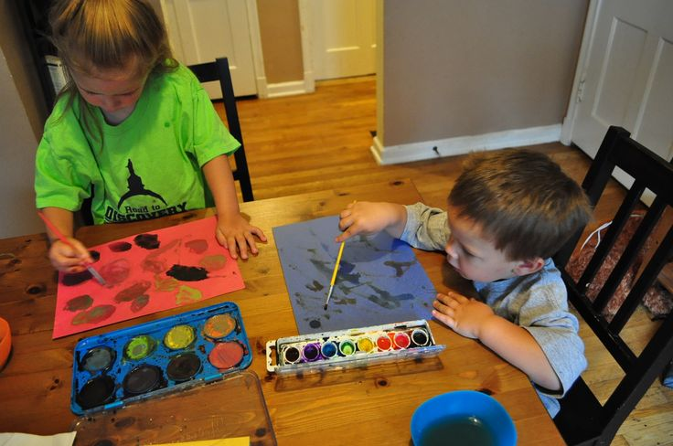 It is sometimes hard to come up with arts and crafts for the two and under set to enjoy.