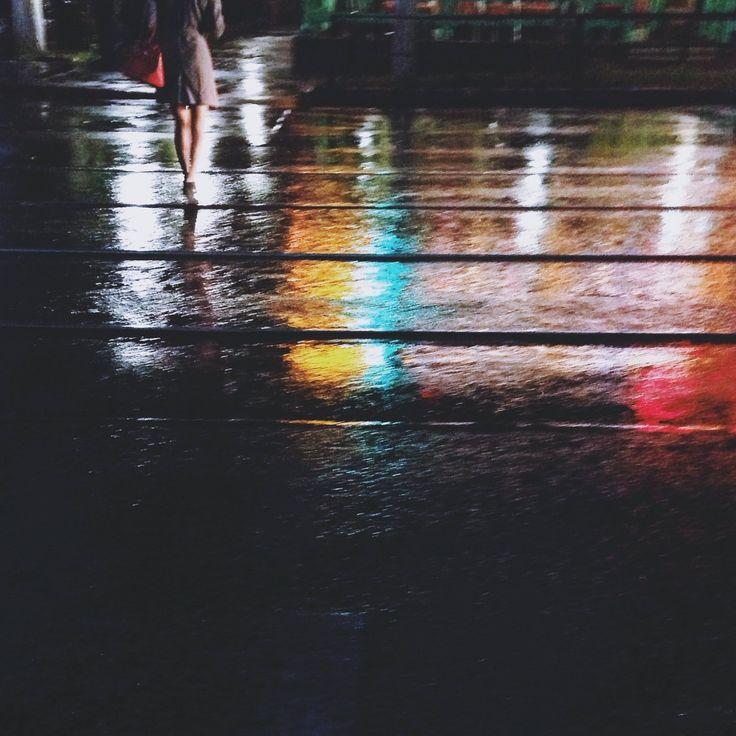 Девушка скрасной сумкой 3Октября 2014 Алматы