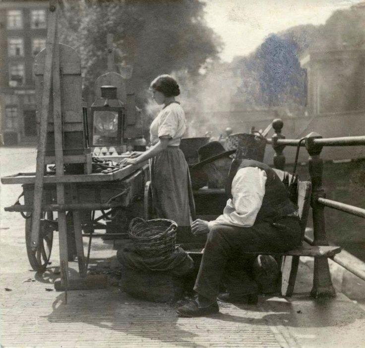 1916 Straathandel Mosselen-stalletje aan een Amsterdamse gracht,