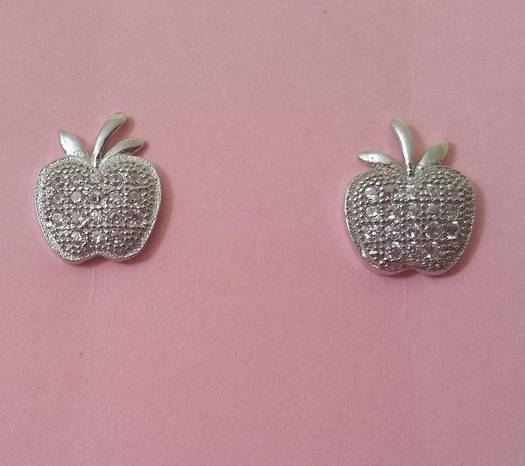 Preciosos pendientes de plata con micro pavé en forma de manzanitas. Ideales para uso a diario. Perfectos para niña. Tamaño 0,9 x 0,7 cm. 16,90€