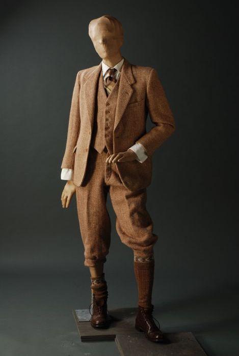 Brown men's walking costume in tweed, consisting of jacket, vest and plus-fours; Burton, 1930/1940