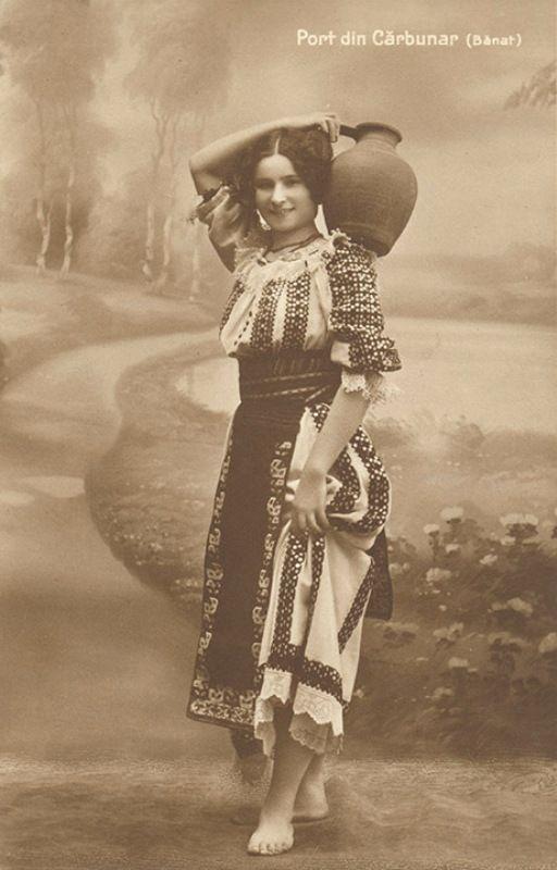 Port popular femeiesc din Cărbunari, jud. Caraş-Severin, pe o carte poştală din perioada interbelică
