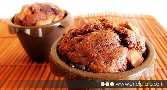 Magdalenas de chocolate amargo con trozos de chocolate con leche  http://www.enelplato.com/postres/magdalenas/magdaleas-cacao-chocolate/  #chocolate #magdalenas #muffin #brownie