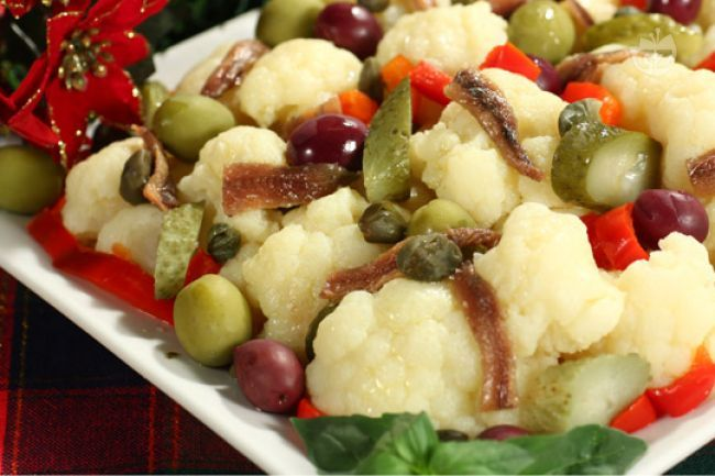 L'insalata di rinforzo è un secondo piatto della tradizione natalizia napoletana. È a base di cavolfiore e si prepara per il cenone della vigilia di Natale.