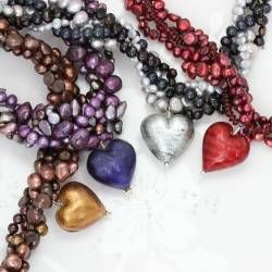 The bold design of these murano heart and pearl necklace makes it the perfect piece to complement evening wear.