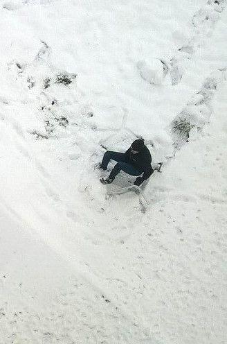 не пытаться повторить самостоятельно!  Чудотворная зима способна отогнать детей от компьютеров и телефонов и заставить выйти на улицу. Всех, от мала до велика, тянет на горку: покататься, пока снег еще не растаял от какой-нибудь новой погодной аномалии. Но, похоже