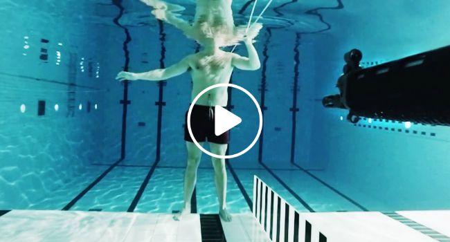 Homem Coloca-se Em Frente De Arma De Fogo Debaixo De Água Para Testar Reação De Bala