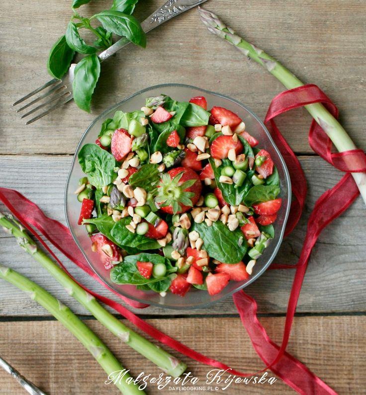 Szybka sałatka ze świeżego szpinaku, szparagów i truskawek