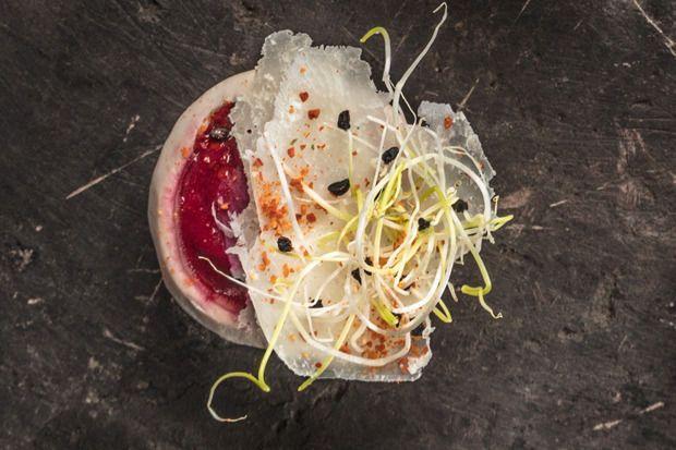 Gevulde champignon met crème van rode biet, parmezaan en preischeuten