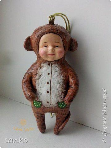 """Ёлочная игрушка в технике ватного папье-маше - """"малыш в костюме обезьянки"""". Не успела доделать- как прибежали и отобрали!)))) Даже нормально пофоткать не успела. фото 1"""