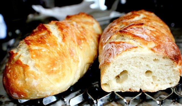Výborný chlebíček vhodný na různé párty nebo jen tak na večeři ke skvělému filmu. Pokud máte rádi česnek a sýr, tak si určitě pochutnáte.