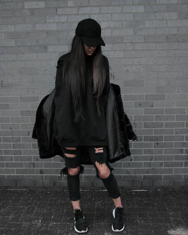 Feeling this women streetstyle outfit • Instagram: @lastofthetrue  #women #streetstyle #streetwear #blvck