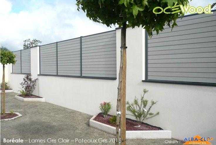 Océwood® - Panneaux de clôture composite sur muret. Gamme Boréale lames gris clair et poteaux anthracites. Crédits : Alba Clo