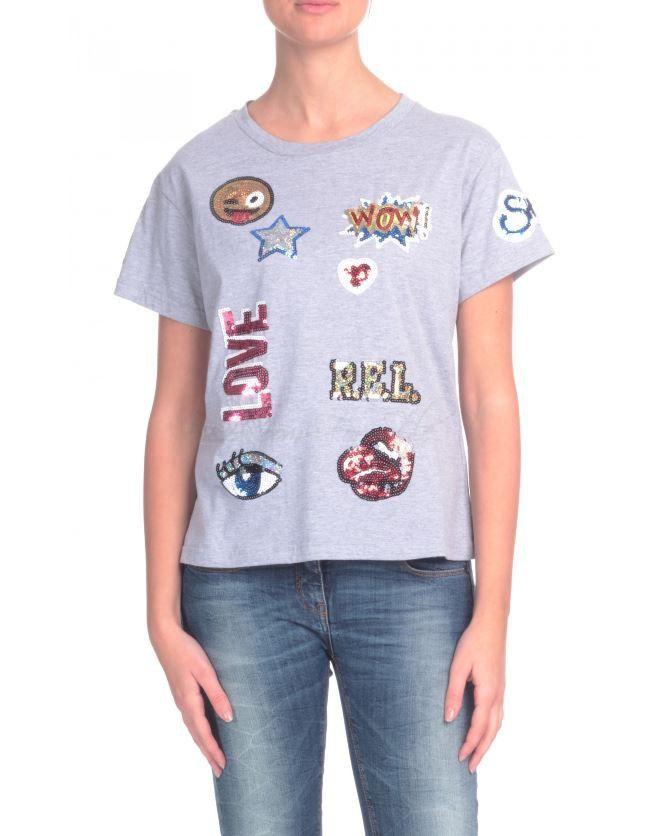 Grijze tshirt met hippe prints en woorden in sequins. Tailleert normaal.