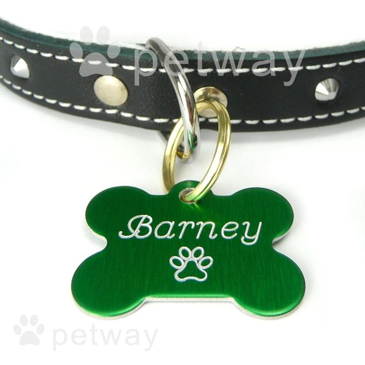 Černý psí obojek podšitý semišovou kůží, zdobený jehlánky. Známka pro psy kostička zelená s vyrytým jménem a tel. číslem.