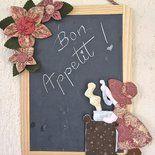 Lavagna in ardesia con Sue Sunbonnet che cucina e decorazioni di fiori in tessuto
