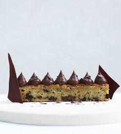 """En svampet og saftig banankage med lækker fransk chokoladecreme på toppen, det er hvad chokoladeelsker og kogebogsforfatter Maja Vase bl.a. byder på i sin nye dessertbog """"Majas desserter"""". Og du får opskriften lige her!"""