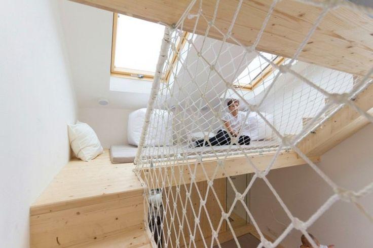 aire de jeux en bois dans la chambre adulte- espace mezzanine avec filets de séurité